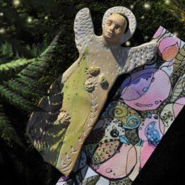 ceramiczny anioł uważności i śpiewu ptaków
