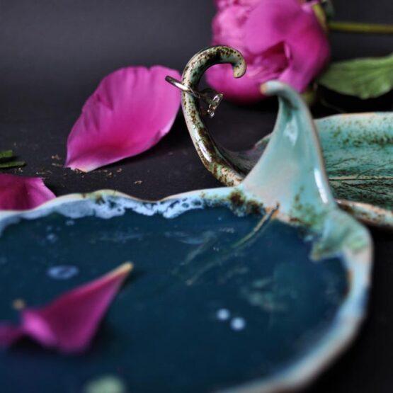 Ceramiczny talerz liść kiwi ciemny turkus, Efekt jest to oryginalny talerz na biżuterię. Talerz posiada unikatowy kształt z haczykiem na ulubiony pierścionek czy obrączkę