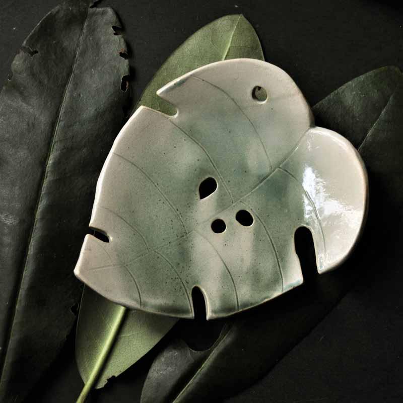 mydelniczka lisc monstery ziolonobezewa ceramika elius art sklep z upominkami arteliu mydelniczka ceramiczna,piękne prezenty,ceramiczna mydelniczka handmade,ceramiczna mydelniczka z dziurkami