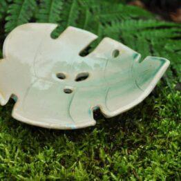 ceramiczna mydelniczka liść monstery ziolonobeżowa