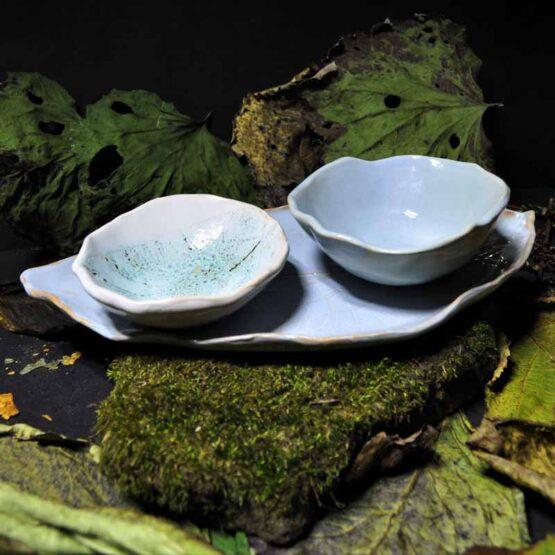zestaw ceramiczny z talerzem listkiem i dwiema miskami szaroniebieski