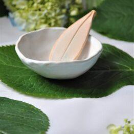 miska ze szpatułką do domowego spa na glinki biała
