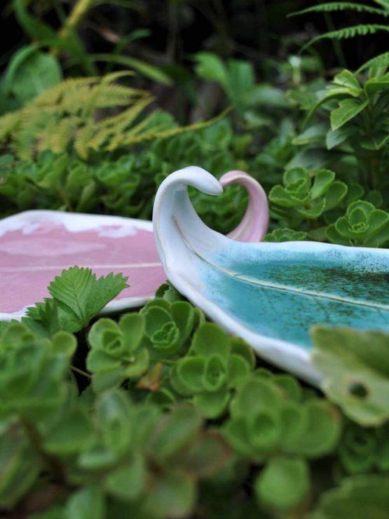 ceramiczna podstawka na biżuterię ręcznie robiona liść