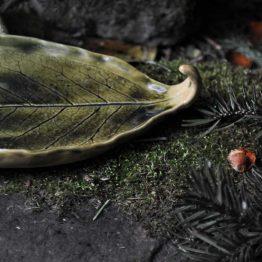 talerz pod palo santo w kolorze oliwkowym cieniowany