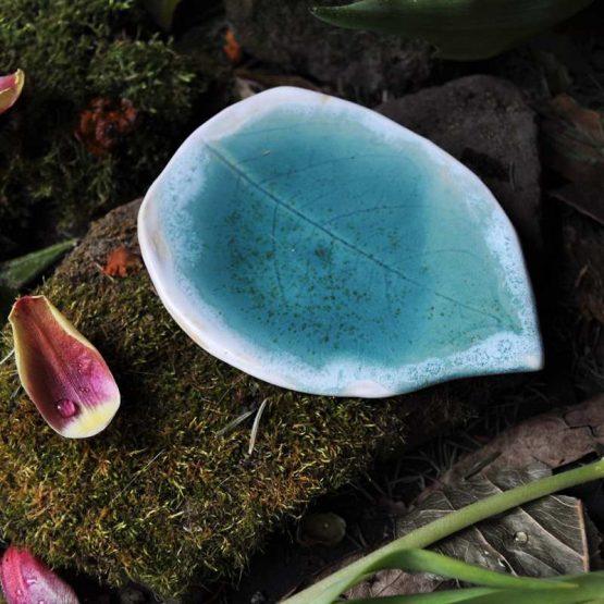 ceramiczny talerz na biżuterię turkusowy niebieski z białym