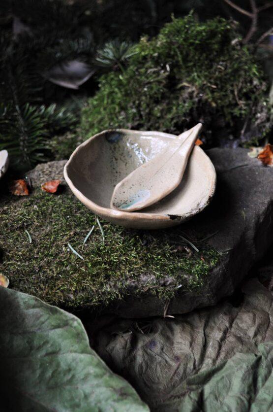 ceramiczna miska na glinki beżowa ze szpatułką liść