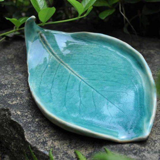 artystyczna mydelniczka handmade błękitna liść