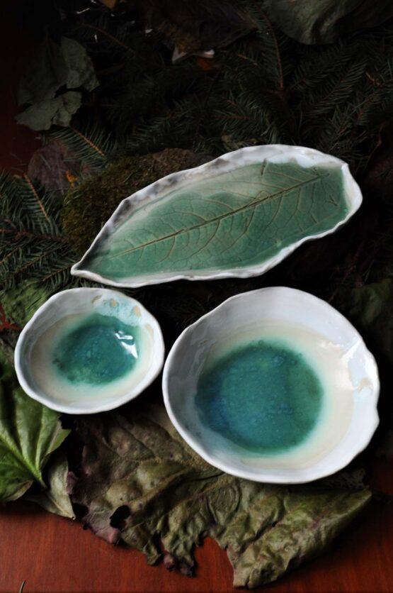 zestaw ceramiczny z miskami talerz liść błękit turkus biel