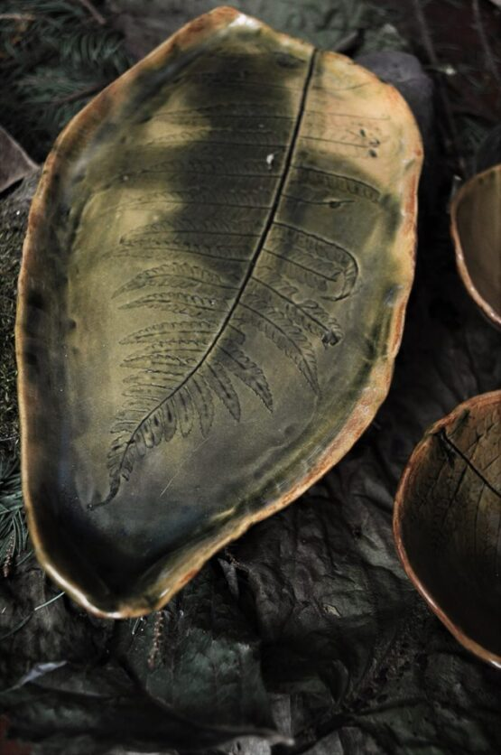 ceramiczny liść z paprociami brązy i zieleń