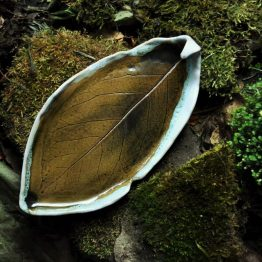 talerz liść na białą szałwię