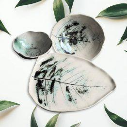 ceramiczny komplet artystyczny beżowy ecru z ciemną zielenią liść paproci