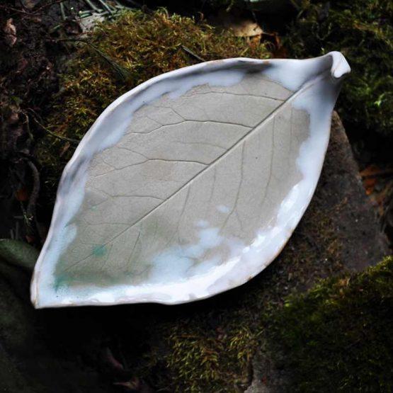 ceramiczny talerz liść na biżuterię jasny beż