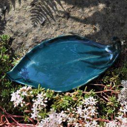 ceramiczny talerz liść pod palo santo na biżuterię ciemny turkus artystyczny prezent