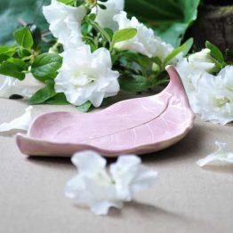 ceramiczna mydelniczka rękodzieło liść pudrowy róż ceramika artystyczna arteliu