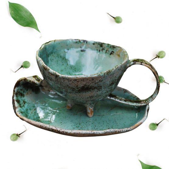 ceramiczna artystyczna filiżanka turkusowa na nóżkach