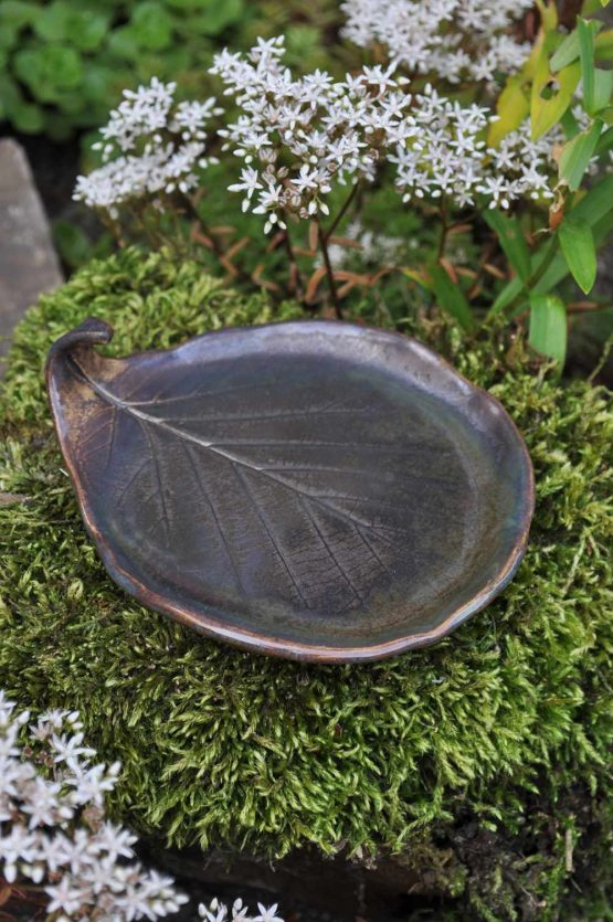 ceramiczna podstawka na biżuterię liść w brązowym złocie spełnia funkcje ozdobną i użytkową, dzięki temu jest idealnym prezentem.