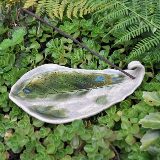 ceramiczna podstawka pod kadzidło liść rękodzieło