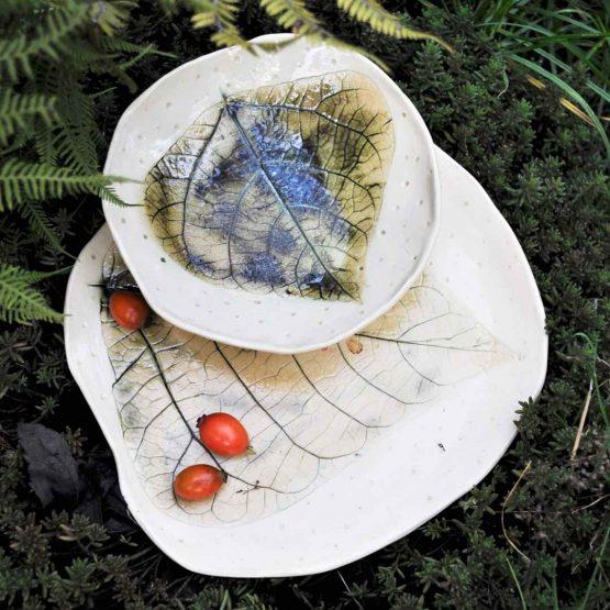 ceramiczna miska na nóżkach z talerzem beżowy komplet artystyczny