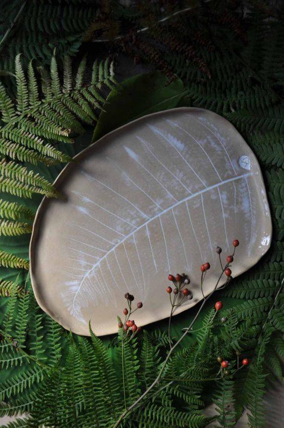 ceramiczna patera ręcznie robiona paprocie beż biały